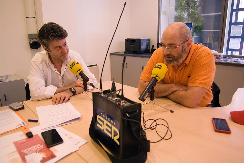 Chema Díez, director y presentador de 'Hoy por hoy Soria', charla con Jorge Arribas, de StopStress, durante el programa que se retransmitió ayer desde la sede de El Hueco.